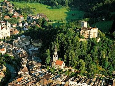 Twierdza kulturowa w Brunico oraz ośrodek narciarki Plan de Corones. Okolica: