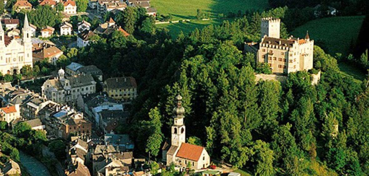 Cultureel bolwerk Brunico/Bruneck en skigebied Plan de Corones/Kronplatz. De Omgeving: